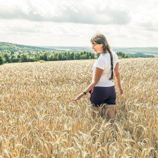 """My attempt (not a very good one ;D) at a truly Instagrammable photo :D When I saw those fields I somehow had this image conjured in my mind and a thought: """"I want this pic"""". Anyway, the scenery was really beautiful and it took like 3 minutes to take it, so not really a photoshoot either ;)  ----------  Moja próba (niezbyt udana ;D) na prawdziwe Insta zdjęcie :D Kiedy zobaczyłam te pola pojawił mi się w głowie taki właśnie obrazek i pomyślałam: """"Chcę takie zdjęcie"""". W każdym razie sceneria była naprawdę piękna i zajęło to jakieś 3 minuty, więc nie była to żadna sesja zdjęciowa ;)"""